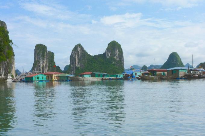 Aldeias flutuantes. Muita gente mora assim. Floating villages. Many people live like this.