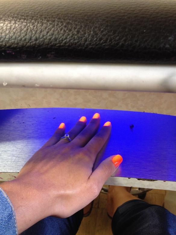 Cada vez que um mão está pronta colocamos a mesma num secador com neon embaixo da mesa enquanto a outra está sendo pintada.